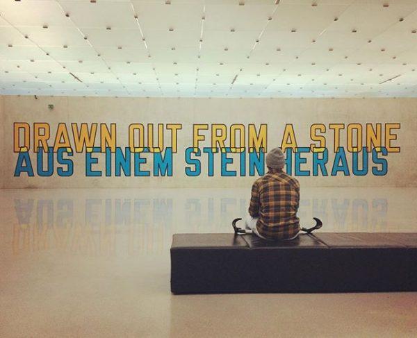 Aus einen Stein heraus...oooder auf einen Stein hinauf 😂🙈 #brokenleg #kubbregenz #kunsthausbregenz #lawrenceweiner ...