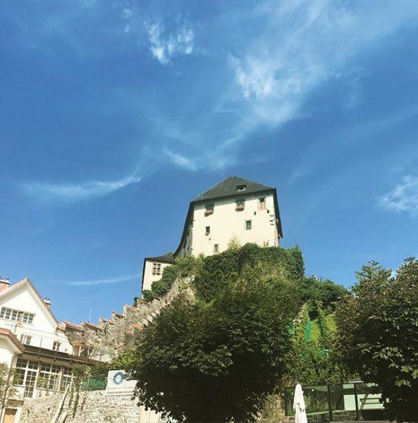 Little city love🏰#feldkirch #visitvorarlberg #castle #dornröschen #beautifulplace #beautifuldestinations #bodenseevorarlberg #sunnyday #latergram #bluesky #igersvorarlberg #igers #instadaily #igersaustria #withmyboy...