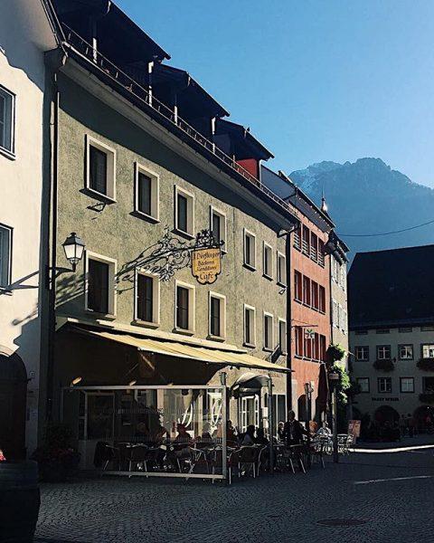 Rathausgasse in Bludenz☕️☀️🏔 #alpenstadt #vorarlberg #visitaustria #mountaintown #bludenz #mountainview #coffeetime Cafe Dörflinger