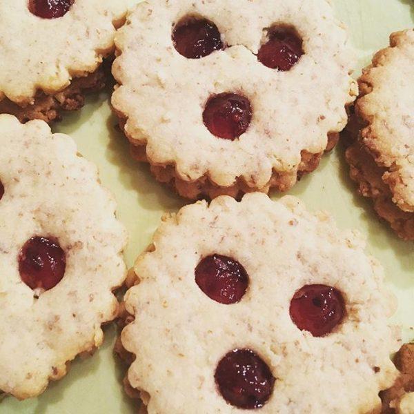 After #feschmarkt backen 🍪🍪🍪 #backen #loveit #baking #cookies #linzeraugen #weihnachtskekse #housewifestyle #lovetobehousewife #christmas ...