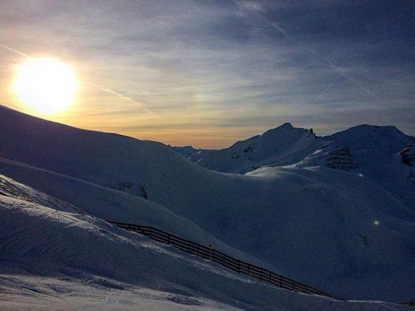 Letzte Abfahrt am Madloch #pisteganzfürunsallein #sunset #lastrunoftheday #perfectskiingday #skiingisfun #lechzuers Zürs, Austria