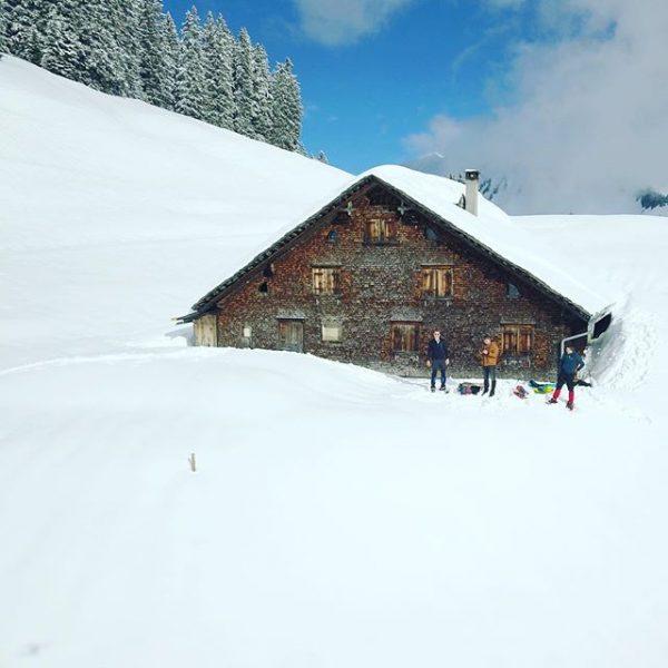 #schneeschuhe #beissenjunge #alm #hart #dieGams #bergziegenmodus #höhenmetersammeln #picoftheday #hüttenstyle #panorama #djimavicpro #alpen #pocahontas ...