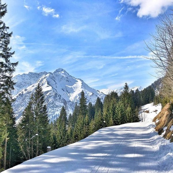 Beautiful winter #winter #winterwonderland #sunnywinterday #bluesky #winterhiking #winterhikingpass #activities #adventure #hikingadventures #snow #relaxing ...