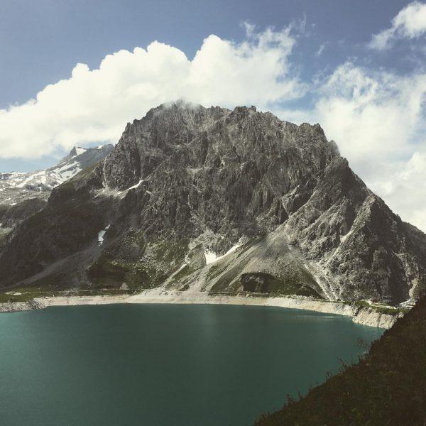Lünersee - Juwel der Alpen #alpenflair #lünersee #douglasshütte #seerundgang #fels #berg #mountains🗻 #milaendle ...