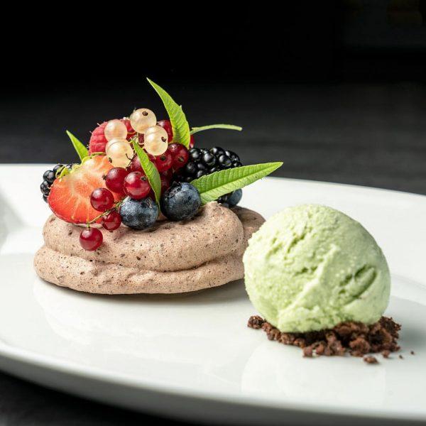 Schokoladen Pavlova mit Beeren und Sauerklee Eis #schokolade #pavlova #beeren #sauerkleeeis #sauerklee #eis ...