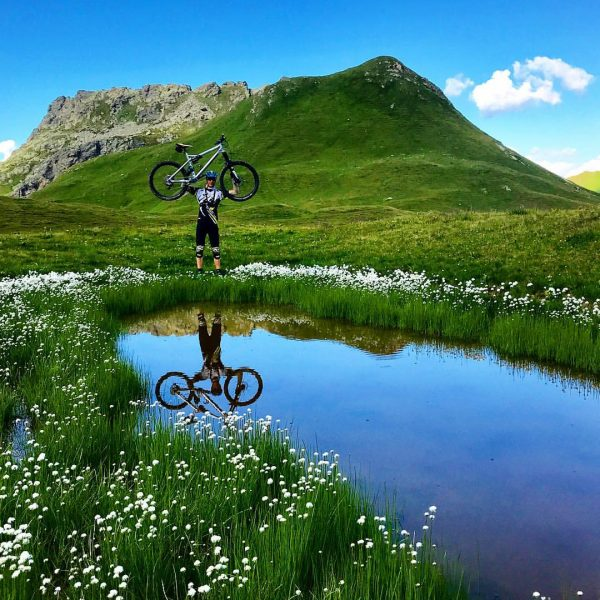 The mirror of nature 🏞🙌🏼 #mountainlake #mountainbike #flowers #wildflowers #alps #nature #vertrding #iphonephotography #liteville #liteville301 #jodama #jodama25...