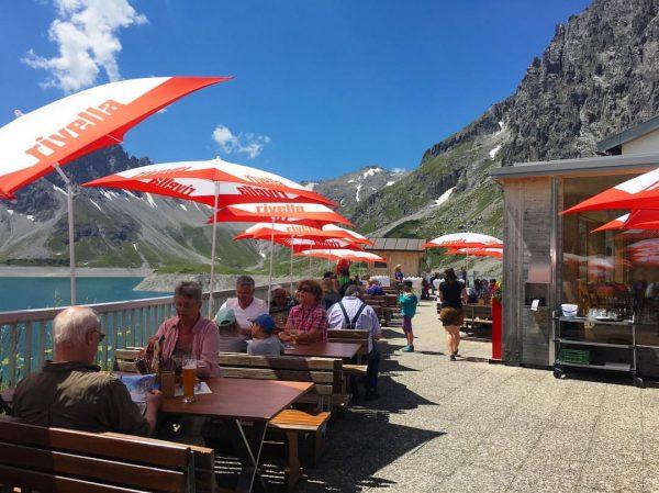 オーストリア🇦🇹リュナー湖にある山小屋、『Douglas Hütte 』. . ハイキング終わりに、山小屋で一息つくのは至福の時間ですね🍰☕️🍺🌭. . #ヨーロッパ #europe #オーストリア #austria #リュナー湖 #lünersee #followme ...