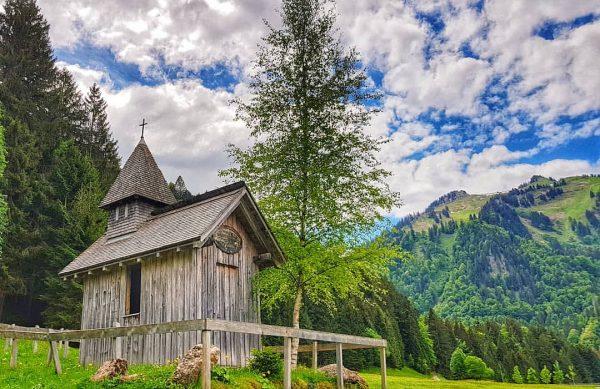 Ein recht seltener Anblick - eine alte Holzkapelle quasi mitten im Nirgendwo. Woher kommt sie und wer...
