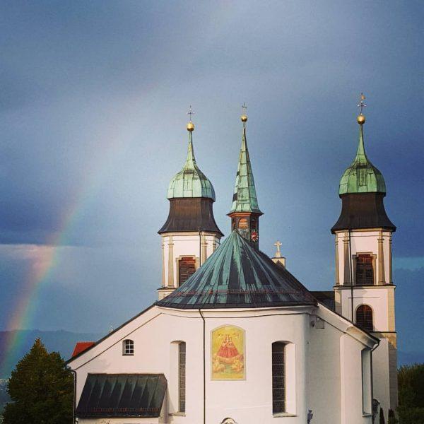 Der Regenbogen über der Basilika. Perfekter Moment vor der Weihung #basilika #bildstein #messe ...