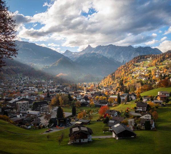 Der Herbst zeigt sich von seiner schönsten Seite. #meinmontafon #montafon #visitvorarlberg #feelaustria #schruns #ort #gemeinde #herbst #autumn...