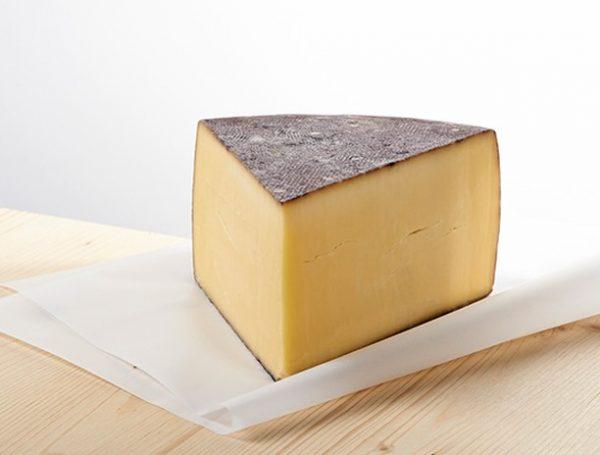 Käse trifft Wein 🧀 und ergibt einen Gaumenschmaus: Unser Schnifner Laurentius vinus reift ca. 5 Monate im...