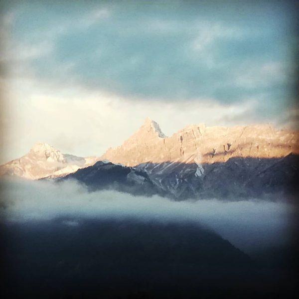 Guten Morgen😊 Wenn ich aus dem Fenster schaue... #bergwelten #mountain #morning #sky #clouds ...