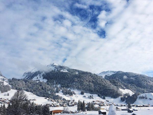 Sunny day im Winterwonderland☀️☀️❄️❄️ #kroneau #bregenzerwaldhotel #schnee #allwhite #mountains #alpen #ski #funinthesun #sonne ...