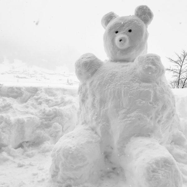 Unser neuer Gast ist auch schon angereist 🧸⛄️🌨 • • • #amholand #augenblicke #schneebär #nichtimmernurschneemann #schnee #schneesoweitdasaugereicht...