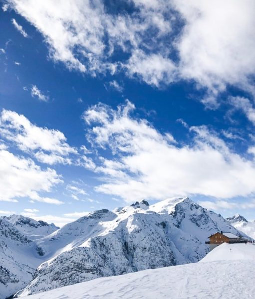 Das Panorama hoch oben in Lech: einfach paradiesisch schön!💙 ——— The view up ...