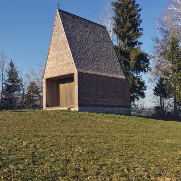 Kapelle Salgenreute - Bernado Bader #bernadobaderarchitects #kapelle #salgenreute #wood #tanne #lärche #messing #sandstein ...
