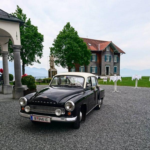 Hübsches Hochzeitsauto, ein Wartburg. Hübsche Location, die zauberhafte Kirche Bilstein über dem Bodensee. ...