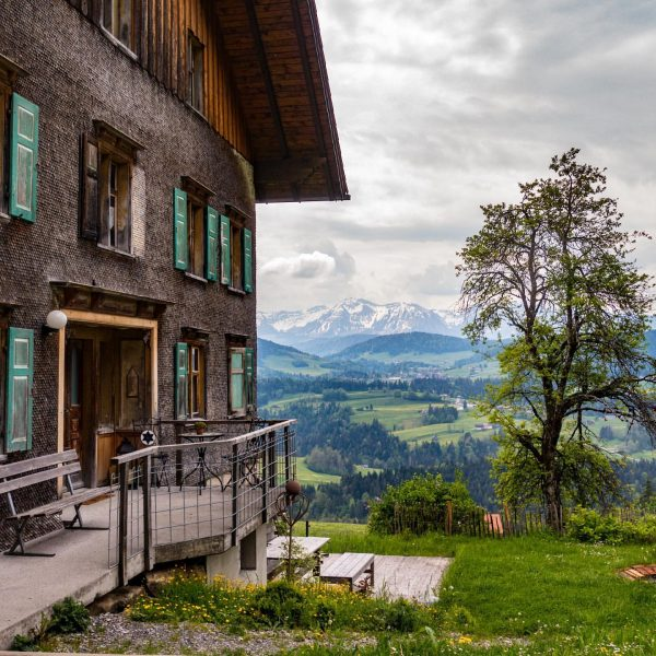We've found this pretty farmhouse with it's stunning view of the Austrian Alps ...