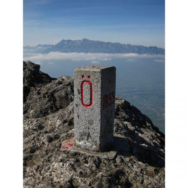 здесь - Австрия за столбиком - Лихтенштейн горы на заднем плане - Швейцария ...