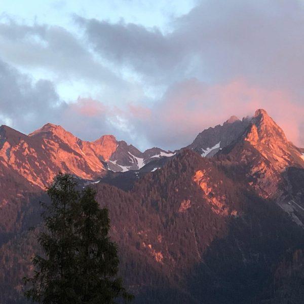 Alpenglühen ... ... #alpenglühen #alpen #alpenflair #berge #sonnenuntergang #sonnenunterganghimmel #fernsicht #sunrise #licht #abendstimmung ...