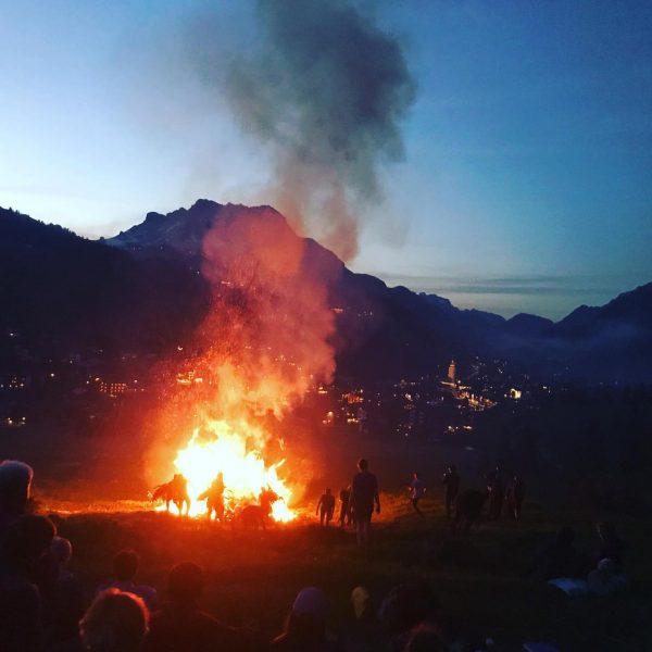 Alte Tradition Johannesrauch unter dem Omeshorn. #tradition #omeshorn #omesberg #springinaustria #johannesrauch #lech #lechamarlberg ...