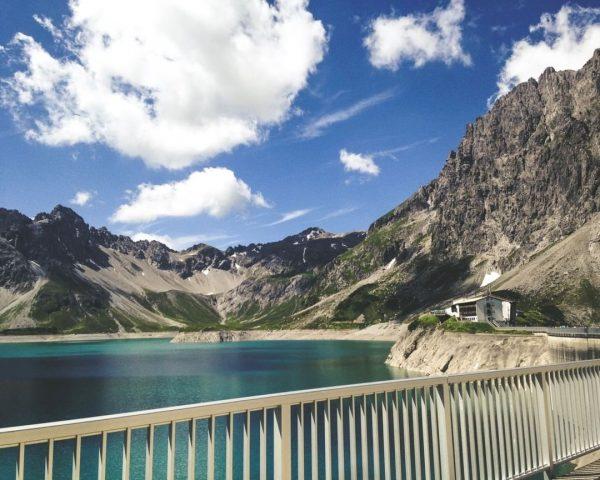 Augen auf, es gibt so viel Schönes zu entdecken. 💙 __________ #lünersee #douglasshütte ...