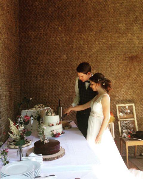 All you need is love... and cake... 🍩🍰🍭 #mountainwedding #sweetdreams #beautifulcouple #villamaund #weddinglocation