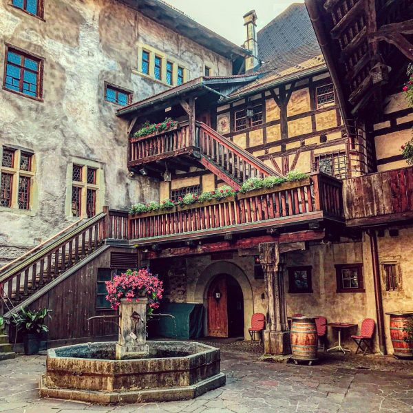 Schattenburg DieSchattenburgist eineHöhenburgoberhalb der StadtFeldkirchinVorarlberginÖsterreichund ist mit dieser durch die ehemaligeStadtmauerverbunden. DiehochmittelalterlicheBurg stellt ...