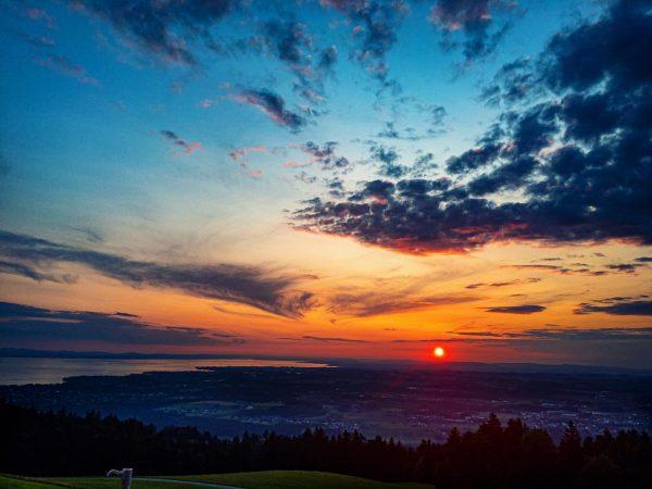 Sonnenuntergang über dem Bodensee ☀️💛 . . . . . #sunset #sonnenuntergang #lakeofconstance #bodensee #vorarlberg #bodenseeliebe #sommersonnesee...