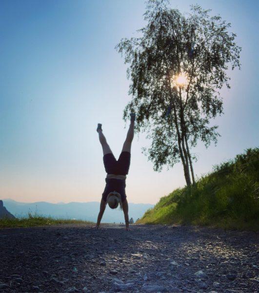 Handstand üben macht am meisten Spaß am Berg... ⛰ 🤸♀️☀️ #kehlegg #nature #sports ...