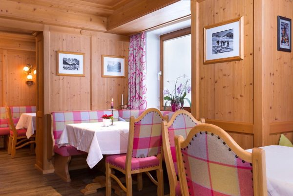 our cozy breakfastroom #lech #lechzuers #arlberg #mylechzuers #austria #holiday #urlaubinösterreich #urlaubindenbergen #bedandbreakfast #hotel #breakfastroom #feelinghome #lavendellech #travel...