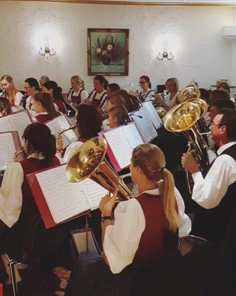 Platzkonzert im Damülser Hof - großes Dankeschön an die Trachtenkapelle Fontanella! 😍🎺🎼 #blasmusik ...