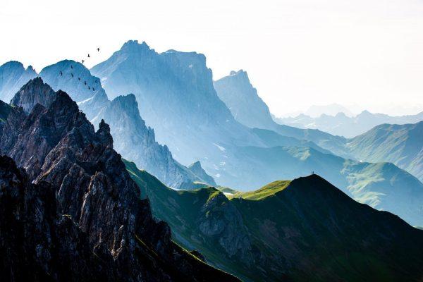 Schattenberge im Streiflicht der Morgensonne. Das Rätikongebirge mit den #kichlispitzen #schweizertor #drusenfluh und ...