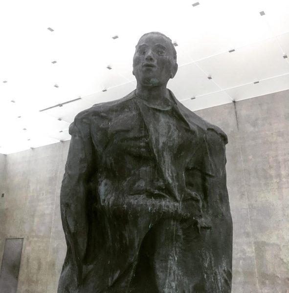 #thomasschütte #mannimwind #bronze #sculpture #kunsthausbregenz #kub #visitbregenz #glass #ceiling #pattern #daylight #2018 #peterfreemaninc ...