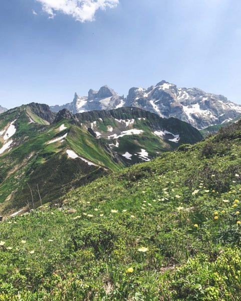 Berge versetzt man nie allein. ⛰ Mit wem versetzt du Berge? 🙌 __________ ...