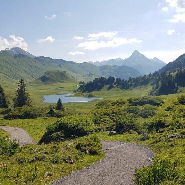 Herrliche Wanderung nach Lech! ⛰🚶♂️😊Wer ist das nächste Mal auch dabei? 🏞 #apresposthotel ...