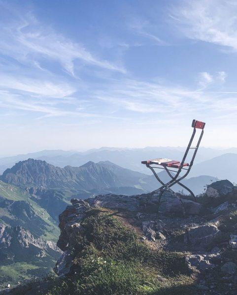 Hier lässt es sich aushalten, ein schöner Platz zum Verweilen. ⛰😍⠀⠀⠀⠀⠀⠀⠀⠀⠀ _________⠀⠀⠀⠀⠀⠀⠀⠀⠀ #lieblingsplatz #aussichtgenießen #setzdich #stuhl #felsen...