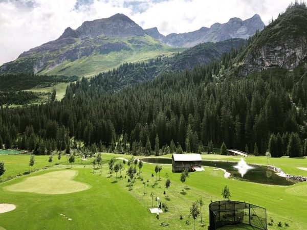Golfen in alpiner Traumkulisse. #auroralech #golfclublech #golfen #lechzuers #summerinthemountains #lifeisbetterinthemountains #golf #arlberg #visitvorarlberg ...