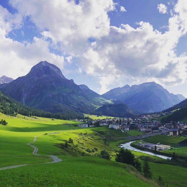 Wunderschöner Blick auf Lech und das Omeshorn. So kann man seinen Wandertag genießen! ...