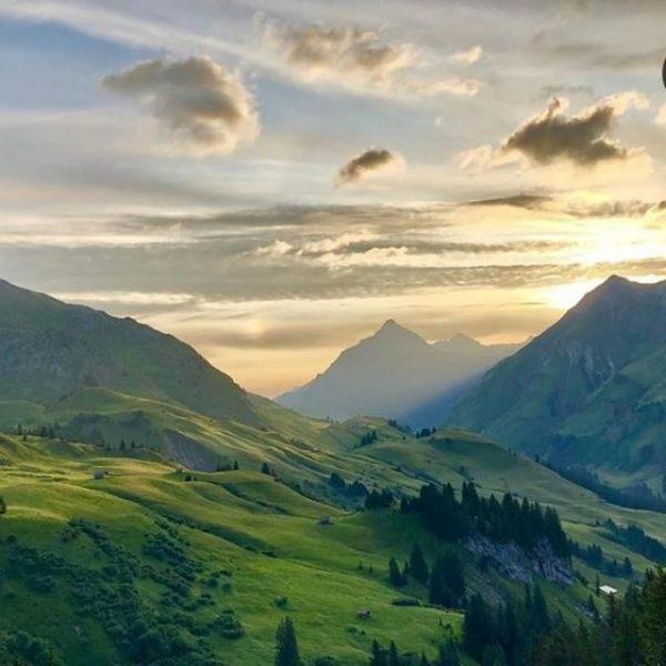 Im Winter die Wiege des Wintersports⛷ in aller Munde, ist der Arlberg auch ...