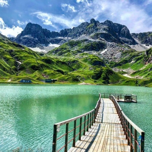 Türkisblau und beeindruckend der Zürser See just around the corner. Wer kriegt da ...