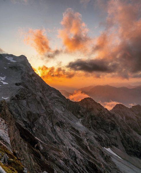 Die letzten Sonnenstrahlen an der Mannheimer Hütte . 📷: @best.mountain.artists . #schesaplana #mannheimerhütte ...