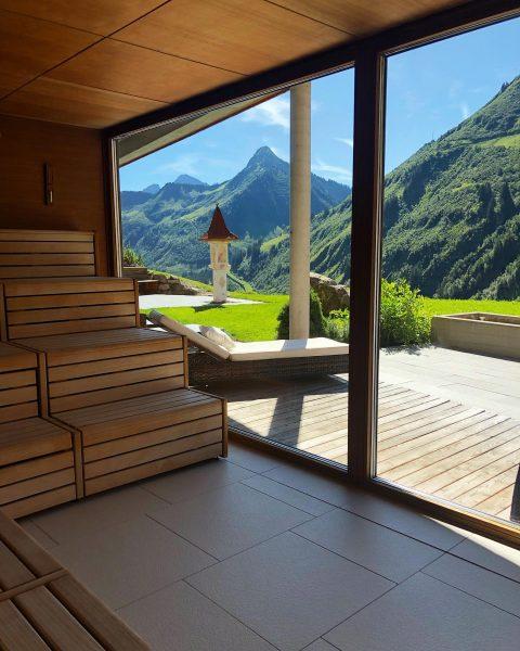 Einatmen, ausatmen & der Seele Gutes tun! 😇☀️⛰ #panorama #sauna #urlaub #berge #ausblick ...
