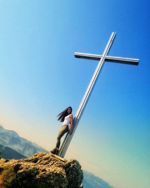 ...𝒹𝑒𝓂 𝐻𝒾𝓂𝓂𝑒𝓁 𝓈𝑜 𝓃𝒶𝒽 ___________________________ #vorarlberg #gipfelkreuz #hiking #dayinthemountains #hochhäderich #bergtour #himmelblau #hikinggirl ...