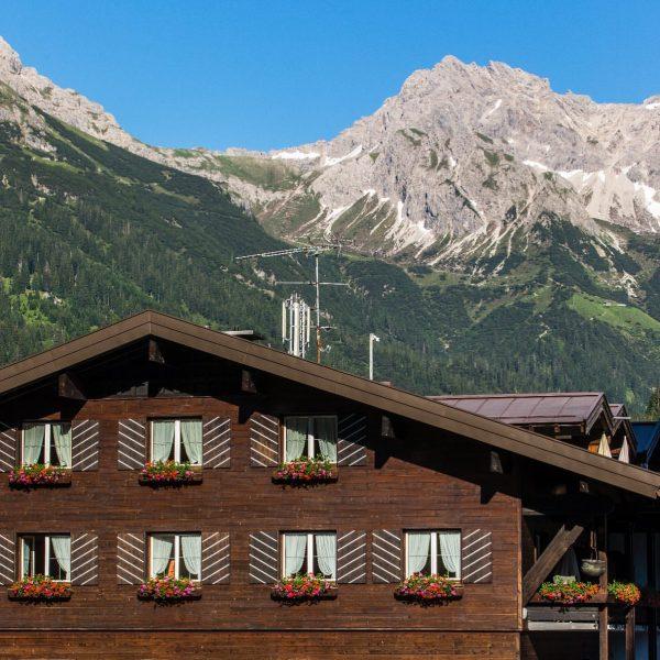 Die Berge warten schon ganz gespannt auf Sie!! 😍🧗🏻♂️⛰ #hotelaltekrone #visitaustria #visitvorarlberg #kleinwalsertal ...