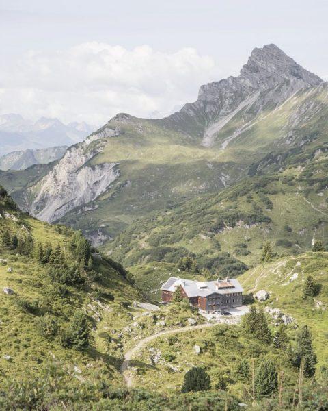 #unserealpen by @simschoe: ⛰️ Freiburger Hütte im Lechquellengebirge. #wegeinsfreie #alpenverein • • • ...