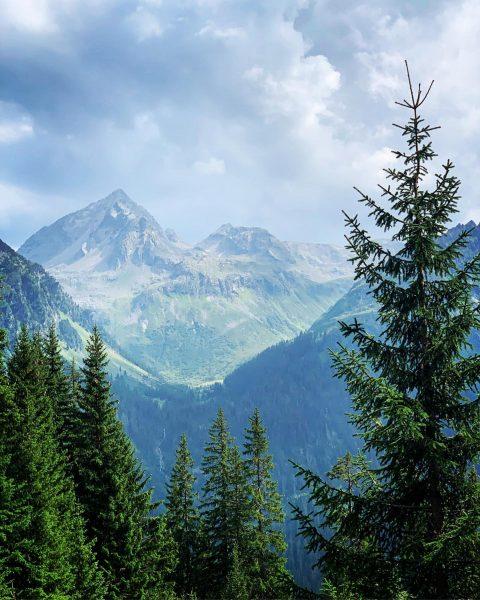 Liebe Vorarlberger Ihr seid gefragt : Welche Bergspitze ist das im Hintergrund ? ...