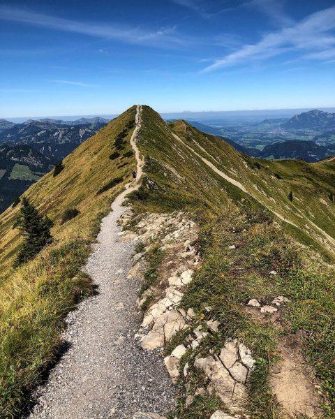 FELLHORNGRAT . . . . #vorarlberg #arlberg #skiarlberg #visit #mountains #mountaintop #alps #alpen #hikingadventures #hiking #hikingaddict #landscape_lover...