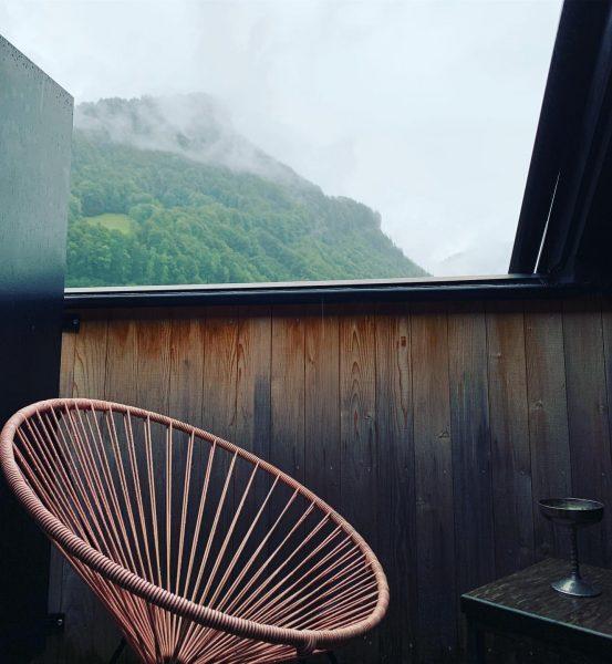 Bisschen trüb, das Wetter. Aber Urlaub heißt ja auch entspannt drinnen sitzen, den ...