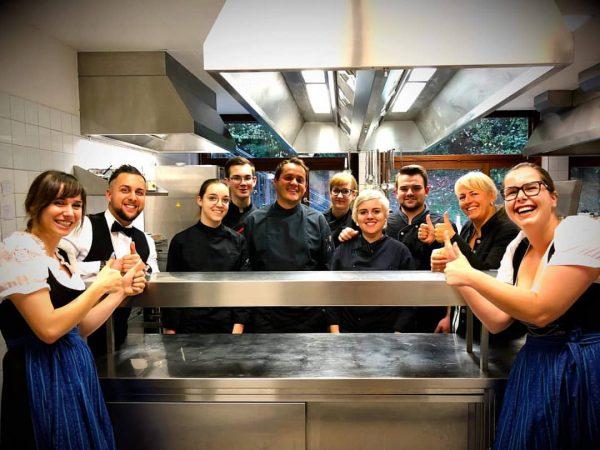 1 Haube Wir sind stolz😀 Unser Küchenchef Damir Srsa mit seinem Team wurde ...